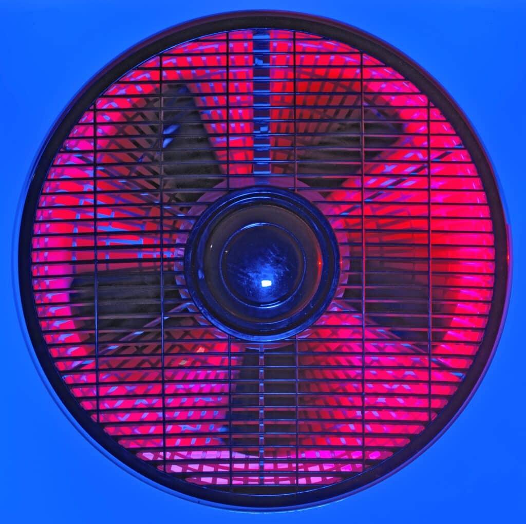 ventilationsfläkt med rosa bakgrund, blå runt om